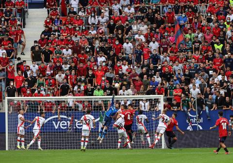Fotos del encuentro entre Osasuna y el Rayo Vallecano, con un 100% de aforo en el Sadar