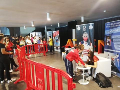 Adriana Cerezo atiende a los fans en el photocall del Navarra Arena