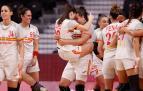 Jugadoras de España celebran al vencer a Brasil durante un partido por el Grupo B femenino de balonmano en los Juegos Olímpicos 2020