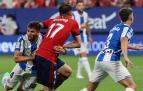 Budimir busca el remate en el área del Espanyol, en la primera jornada, mientras le agarra Cabrera
