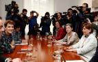 La secretaria general del PSN, María Chivite (i), y la presidenta de Navarra y líder de Geroa Bai, Uxue Barkos, en el inicio de la reunión.