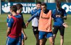 Bromas entre Roberto Torres y David García, ante Oier e Iñigo Pérez. A la derecha, Rober Ibáñez, ya casi recuperado de la lesión.