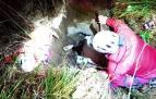 Rescatada una vaca que había caído a una sima en Ezcároz