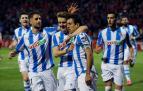Mikel Oyarzabal celebra con sus compañeros el único gol del partido.