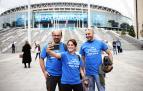 Aficiondos italianos se fotografían delante del estado de Wembley en la víspera de la final entre Inglaterra e Italia