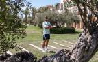 Jon Moncayola posa sonriente en uno de los jardines del Meliá Villaitana en Benidorm. El centrocampista de Osasuna preparó en Benidorm los Juegos Olímpicos junto al resto del combinado nacional