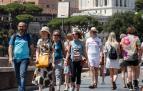 Turistas caminan por la Via del Foro Imperial en Roma