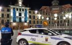 Un agente y un vehículo de la Policía Local de Tudela