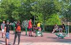 Jóvenes y niños disfrutraban ayer en un parque de Ayegui de una de las últimas tardes de agosto