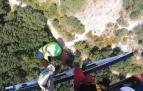 Un momento del rescate en helicóptero de un escalador herido en Peñartea (Tiebas)