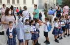 Alumnos de 3º de Infantil del colegio FEC Vedruna, este miércoles por la mañana, haciendo fila en el patio del colegio