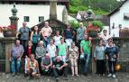 Una veintena de vecinos de Ochagavía, miembros de distintos grupos de voluntariado del pueblo, posan ante la fuente ubicada en plena travesía