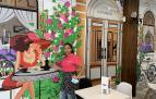 Paula Jimena, en el vinilo que decora el café La Koketa, en la calle Tafalla