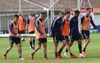 Chimy Ávila, Rober Ibáñez, Roberto Torres, Javi Martínez, Jonás Ramalho y Kike García llevan una de las porterías durante el entrenamiento de este martes