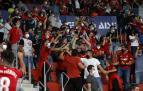 Aficionados rojillos celebran el gol que marcó Kike García en la primera parte