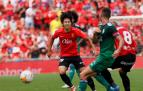 Kang In Lee trata de frenar a Oier Sanjurjo durante el encuentro en el Visit Mallorca Estadi