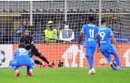 Luis Suárez lanza el penalti en el minuto 90 que dio el triunfo a los de Simeone en Milan