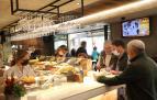 Interior del bar Zanpa en la calle Estafeta a la hora del aperitivo con clientes de pie en la barra