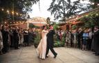 María y Borja dieron ayer inicio al baile en una zona exterior del Hotel Villa Marcilla. Los invitados y novios se quitaron las macascarillas durante unos instantes para la fotografía. Eligieron el Vals de Astrain