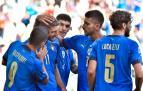 Futbolistas italianos felicitan a Berardi, autor del segundo gol
