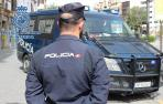 Un agente y una furgoneta de la Policía Nacional, en una detención anterior