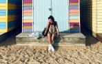 Leire Ardanaz Viscarret posa en Brighton Beach (Melbourne) ante una de las típicas casetas de colores