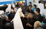 Partidarios de ETA intentan impedir que vote el lehendakari Patxio López