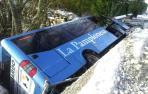 Un microbús de línea cae al río en Larraintzar