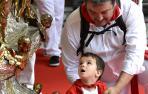 Flores rojas y blancas de los más pequeños para honrar a San Fermín