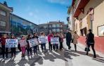 Alumnos y padres con pancartas, a la entrada de los parlamentarios en la escuela.