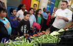 José Aguado, cocinero del restaurante Topero, explicó a los niños de Huertas Mayores los secretos para elegir las mejores verduras.