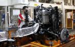 Un trabajador de la fábrica de SEAT trabaja en un motor de un coche de SEAT Leon.