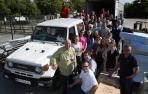 Los voluntarios que cargaron ayer el contenedor para la India. El envío incluía el todoterreno Toyota que aparece en la imagen.