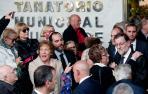 El presidente del Gobierno, Mariano Rajoy, recibe el abrazo de una mujer a su salida del Tanatorio Municipal de Valencia.