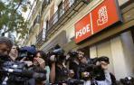 Periodistas a la entrada de la sede socialista de Ferraz.