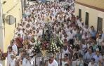 La imagen de Santa Ana desfila por el recorrido procesional sobre los hombros de los quintos de 1974, que celebraron sus 25 años de quintos.