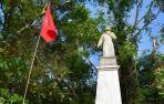 Bandera en la tumba del santo