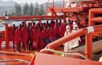 Trasladan al puerto de Motril a 34 rescatados de una patera en el Mar de Alborán