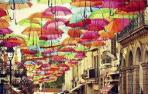 Un cielo de paraguas que alegra y da sombra y que se copia por todo el mundo
