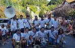 14 gigantes arropan a la charanga Elutxa en Lesaka