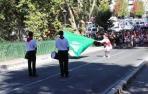 Ondeo de bandera por un dantzari del Grupo de Danzas Municipal