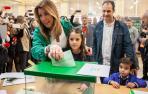 Dos apoderados de Vox increpan a Susana Díaz momentos antes de votar