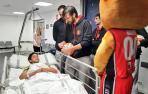 La plantilla del Basket Navarra visita a niños y niñas ingresados en el CHN