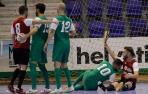 De rojo, Roberto Martil, y de verde, Raúl García, Javi Eseverri y Rafa Usín, por los suelos, mientras se queja Roberto Torres de que éste le ha sacado la zapatilla.