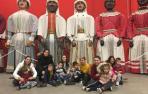 La Comparsa de Gigantes y Cabezudos recibe a niños con autismo