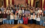 Las selecciones navarras de balonmano y el conjunto junior del club Alaia de gimnasia rítmica, en la recepción de la consejera Herrera en el Salón del Trono.