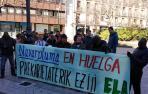 Trabajadores de Navarpluma concentrados frente al Parlamento de Navarra.