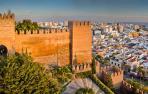 Hallan a un hombre con graves heridas atado en la cama de su casa en Almería