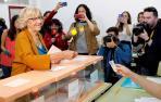 La alcaldesa de Madrid y aspirante a la reelección de Más Madrid, Manuela Carmena, ha ejercido su derecho al voto