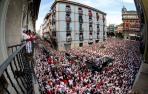 Momento de la jota a San Fermín, en la procesión  por las calles de Pamplona.